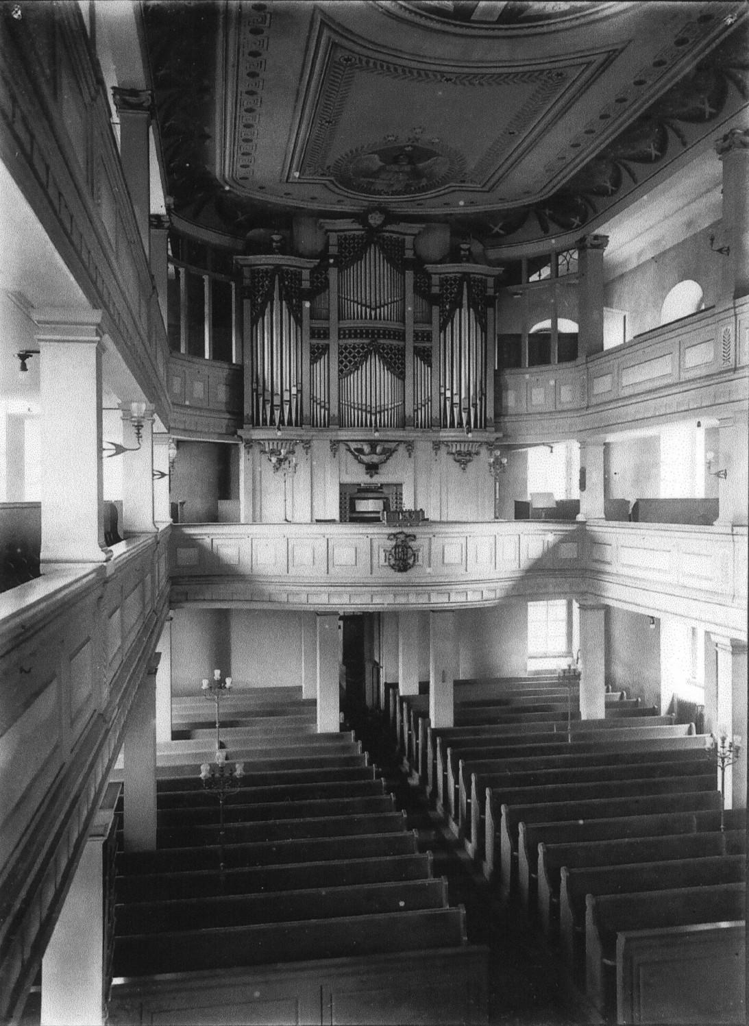 Auf der gegenüberliegenden Seite - der Orgelprospekt