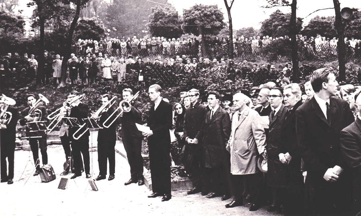 """1966: Einweihung der wiederaufgebauten Kirche - das erste Kirchweihfest in der """"neuen"""" Kirche - mit einem berühmten Altarbild von Werner Juza"""