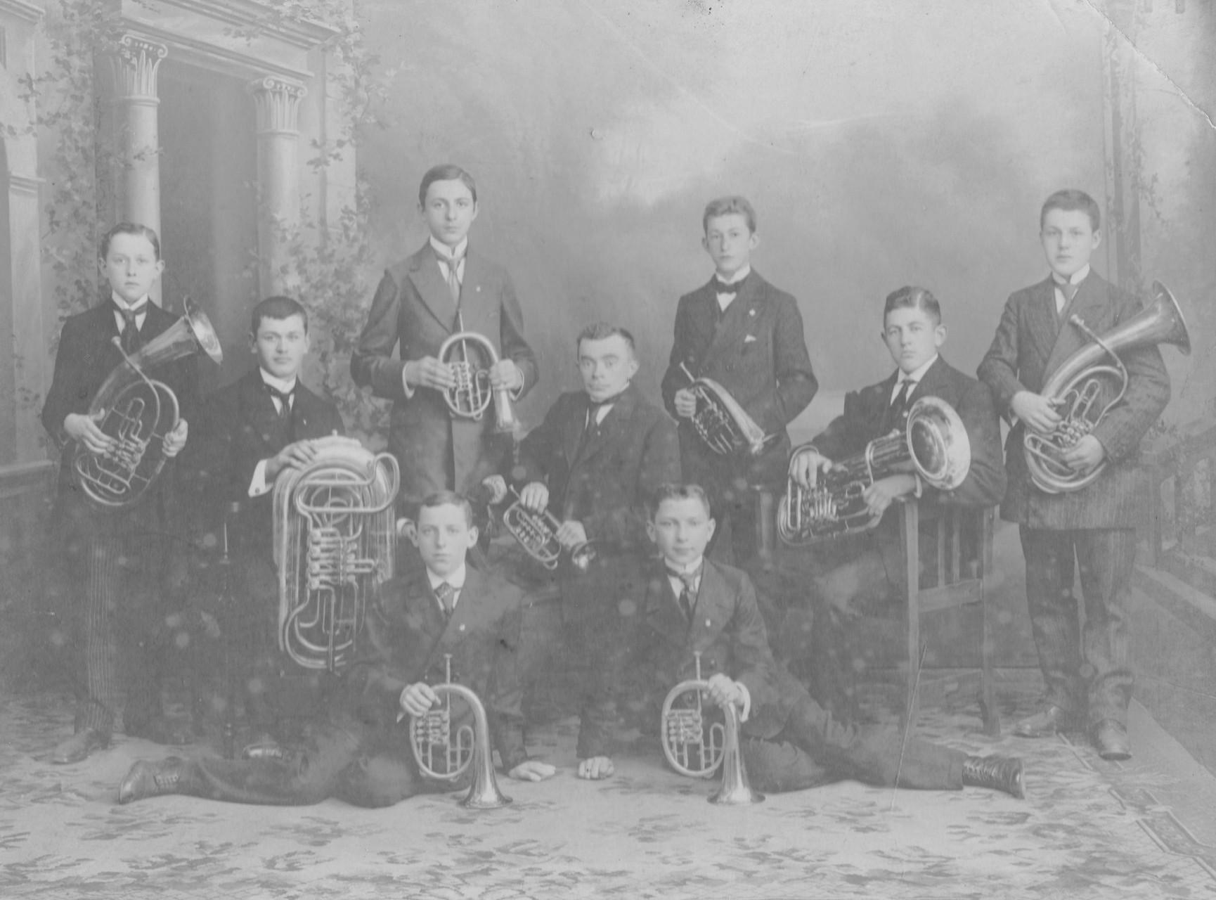 1913: Gründung des Posaunenchores - einer der ersten evangelischen Bläserchöre in Sachsen. - Das Ensemble war allerdings nur einige Monate in der Gemeinde aktiv, dann verließen der Chorleiter und einige der Bläser den Ort.