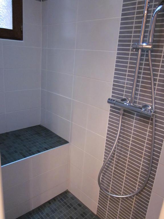 Assise dans un douche à l'italienne  en Savoie