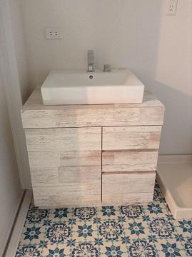 オーダーメイドの洗面台。 床材はアクセントにモロッコ風。