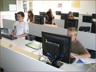 Schüler in unseren modern ausgestatteten PC-Räumen.