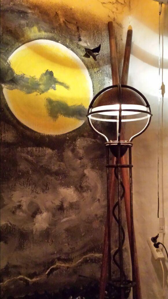 Unser Atelier als Theater mit Lampe von Louis