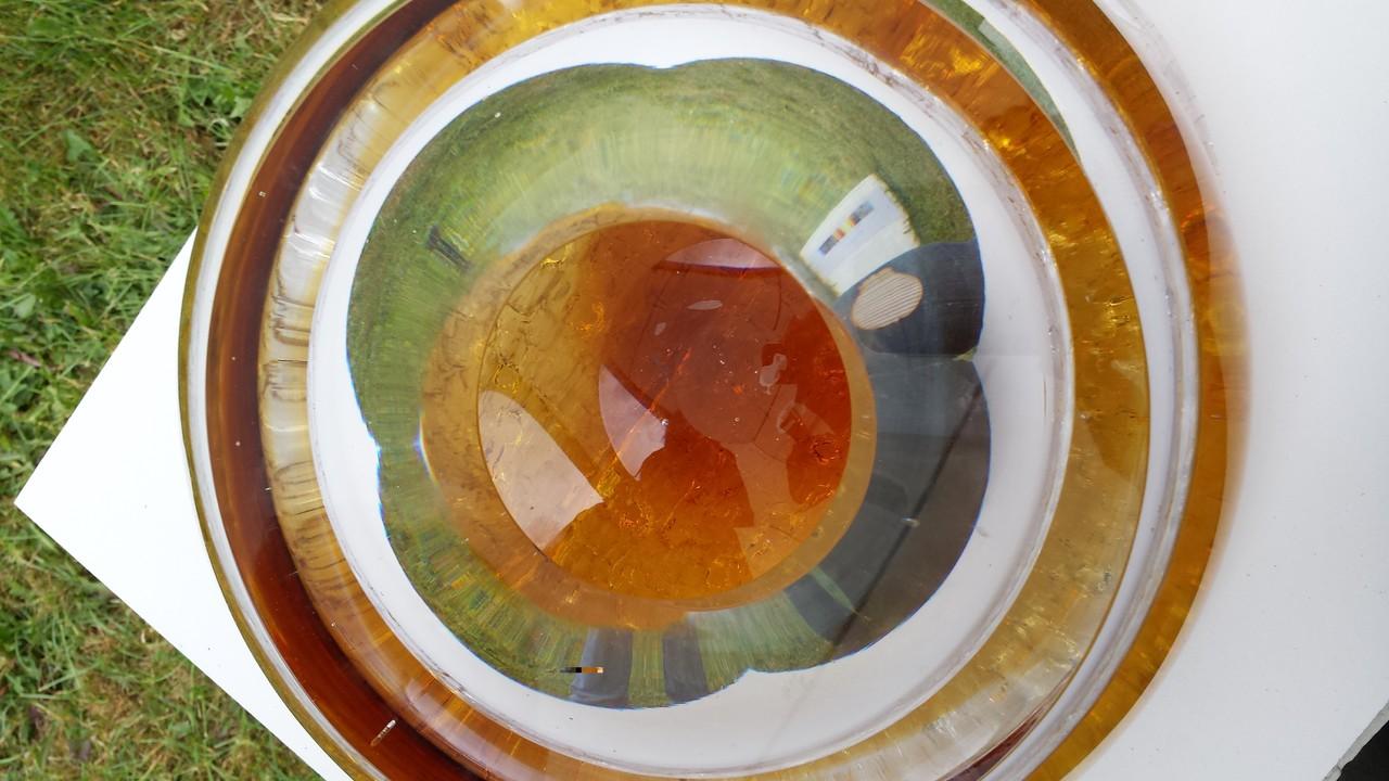 Spiegelungen in einer Glasschale
