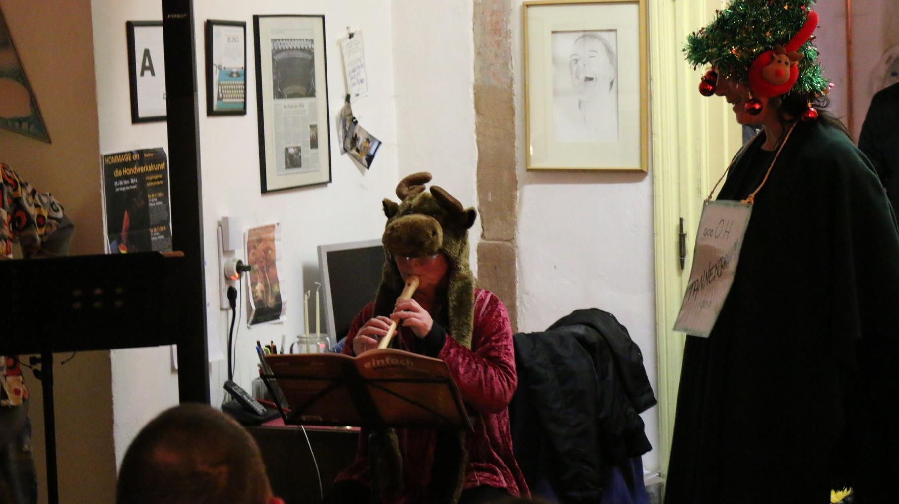 Block-Flötistin Vera Kautenburger und der Weihnachtsbaum Cathleen Kelkel
