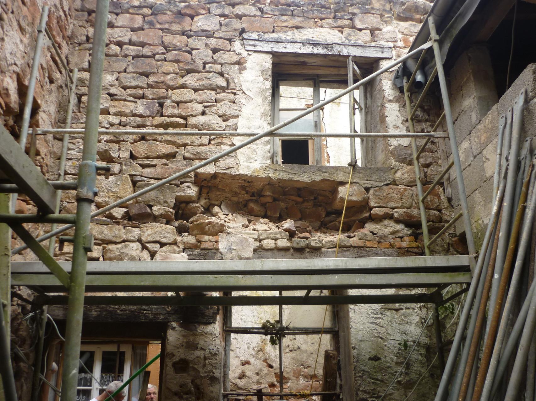 kleiner Hof es droht die Wand einzustürzen...