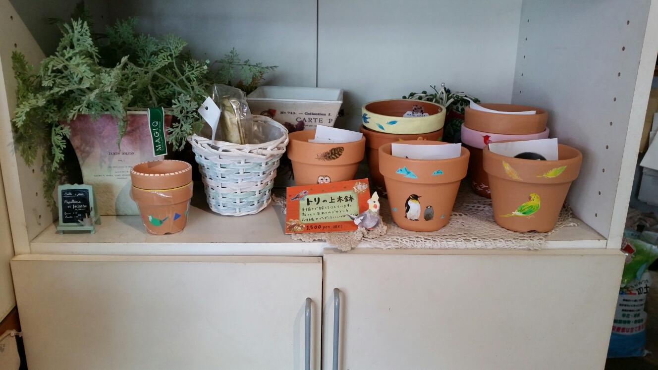 お洒落な店内では、可愛い雑貨やオーナーさんが手掛けたプリザーブドフラワーとリースも購入でき、選りすぐりの季節のお花で素敵な花束を作ってくれます🌹