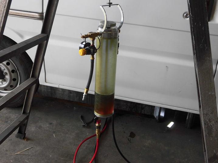 1分経過:まだ溶剤のブラウン系で半透明な液体が確認できる