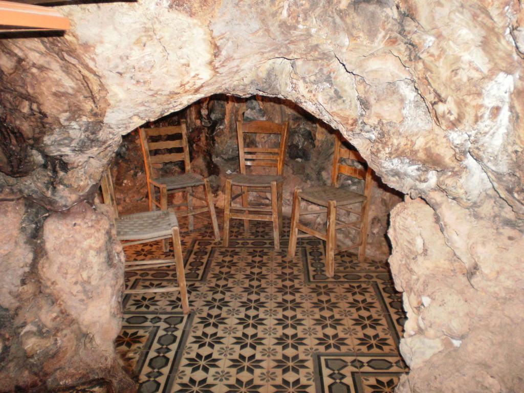 Комнатка внутри,где стоят 4 стула