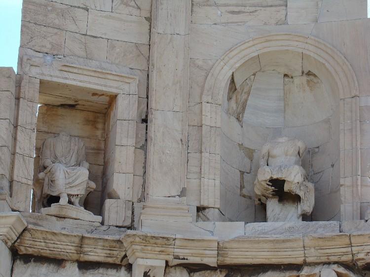 Сохранившиеся скульптурные произведения на  Филопапу