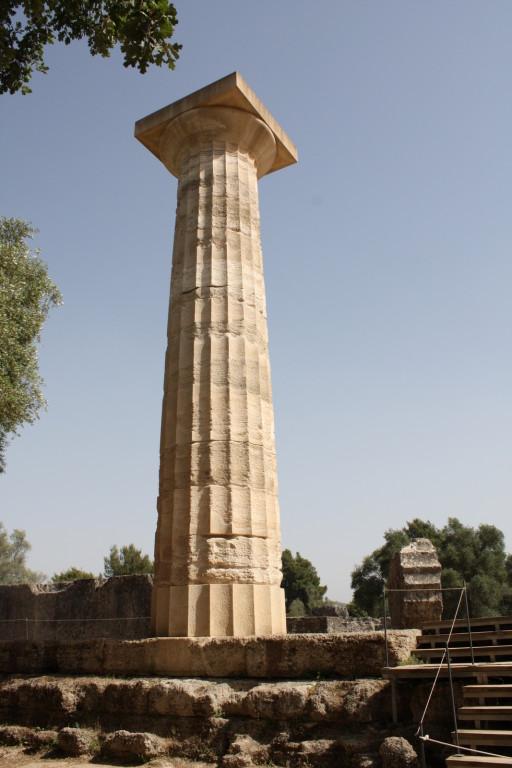 Реставрированная колонна храма где находилась статуя зевса