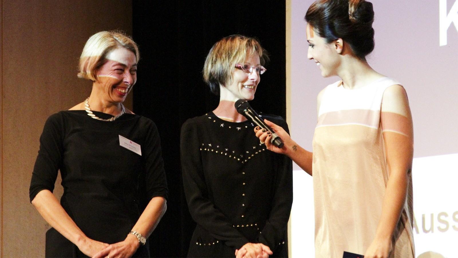 Birgit Kremmer und Ellen Schreiner nehmen den Tankstellen-Innovationspreis entgegen.