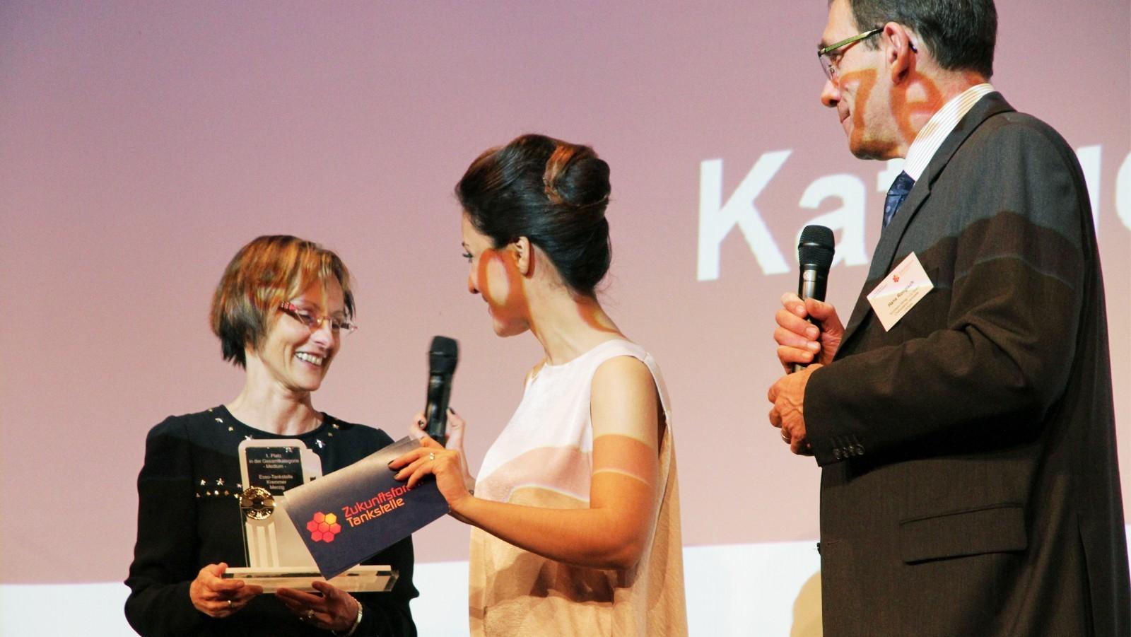 """Birgit Kremmer nimmt die Auszeichnung """"Tankstelle des Jahres"""" entgegen."""