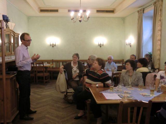 Herr Prügl (links) bei seinem Vortrag.