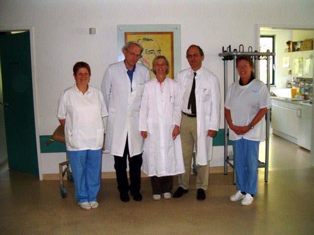 """KMT-Ambulanz in der """"Jose-Carreras Transplatationseinheit""""; von links: Uschi Grucza, Dr. Georg Lederrose (seit 2010 in Pension), Dr. Johanna Tischer, Prof. Dr. Hans Jochem Kolb (seit 2010 in Pension), Uschi Lunglmeir"""