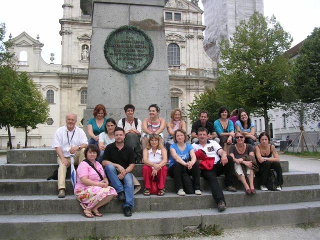 Gruppenbild mit vielen Damen zu Füßen des ersten bayerischen Königs Max I. Josef am Domplatz.