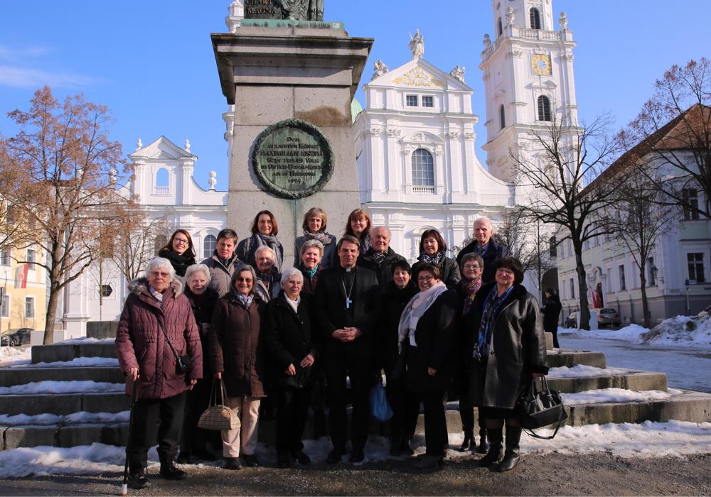 Gruppenbild vor dem Denkmal des ersten Bayerischen Königs Max I. Josef