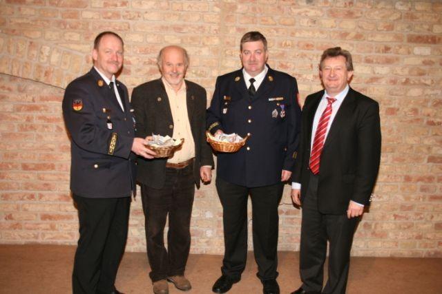 Bei der Spendenübergabe im Bild von links: KBR Josef Ascher, SHG- Gruppenleiter Horst Wallner, Alois Fischl, Vorsitzender des Kreis-Feuerwehrverbandes und Landrat Franz Meyer.