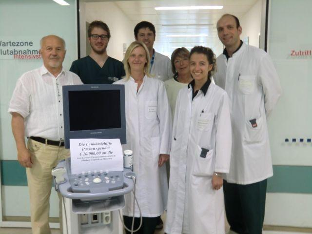 Stations -und Ambulanzärzte sowie Pflegedienstleitung der Jose Carreras Knochenmark-Transplantationseinheit im Jahre 2011 anlässlich der Spendenübergabe aus der Passauer Benefizgala 2010 für die Anschaffung eines modernen Ultraschallgerätes