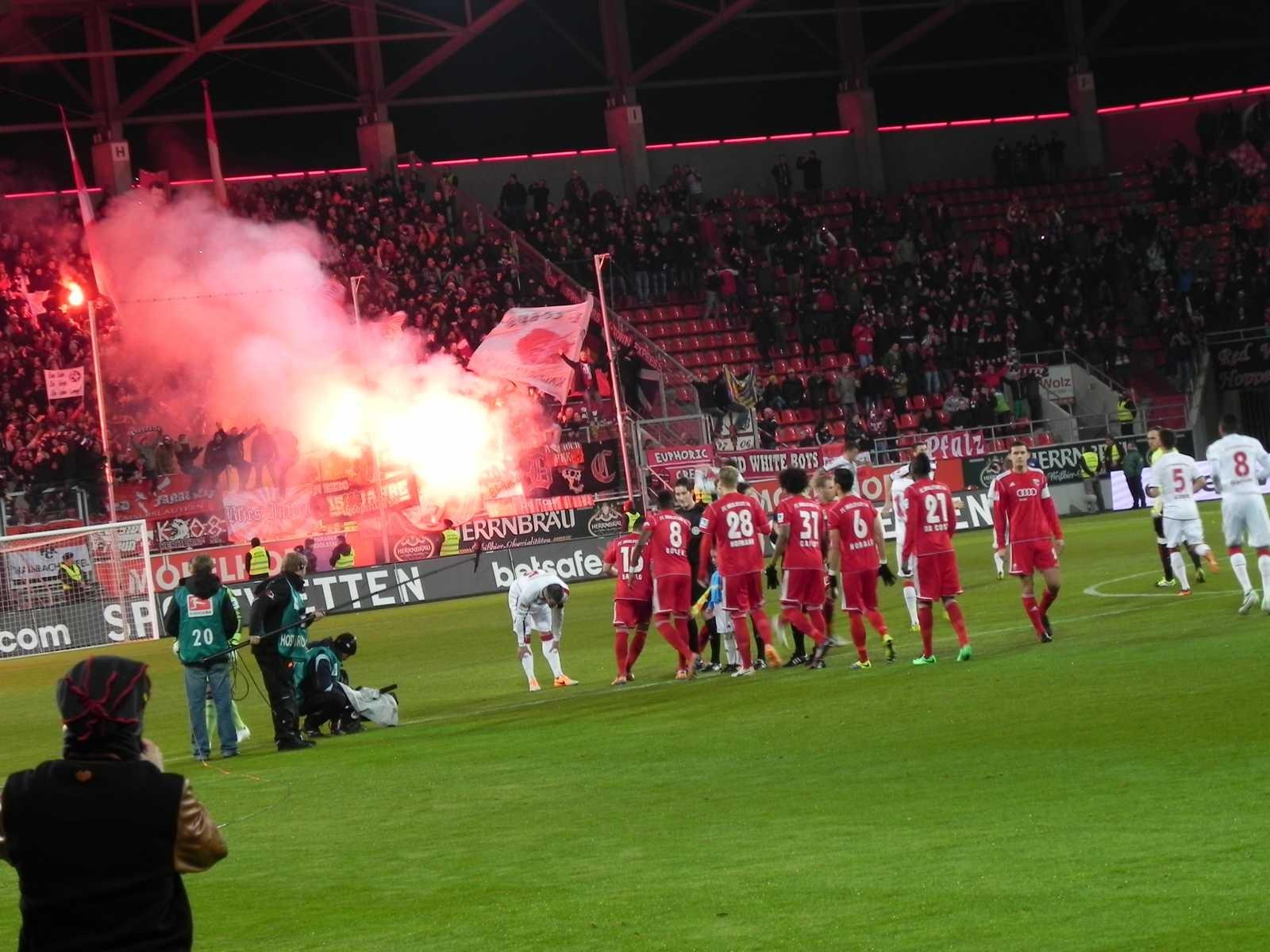 Bengalos abbrennen bereits vor Spielbeginn - Chaoten - FC Ingolstadt Maurice Fussballsammlung Torwart Sammlung