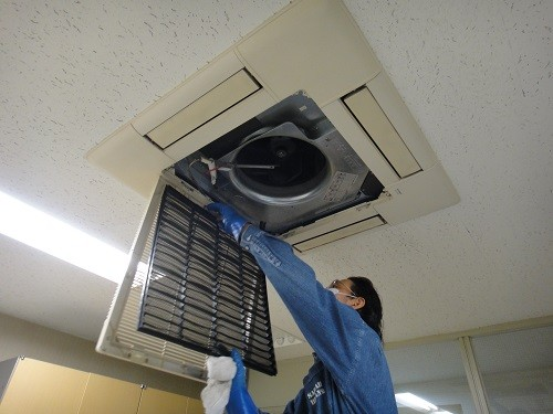 天井埋め込み式のエアコン