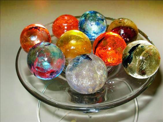Realizar esferas de azúcar isomalt es una de las técnicas más empleadas en la reposteria de vanguardia. Puedes encapsular diferentes texturas en su interior consiguiendo creaciones muy originales.