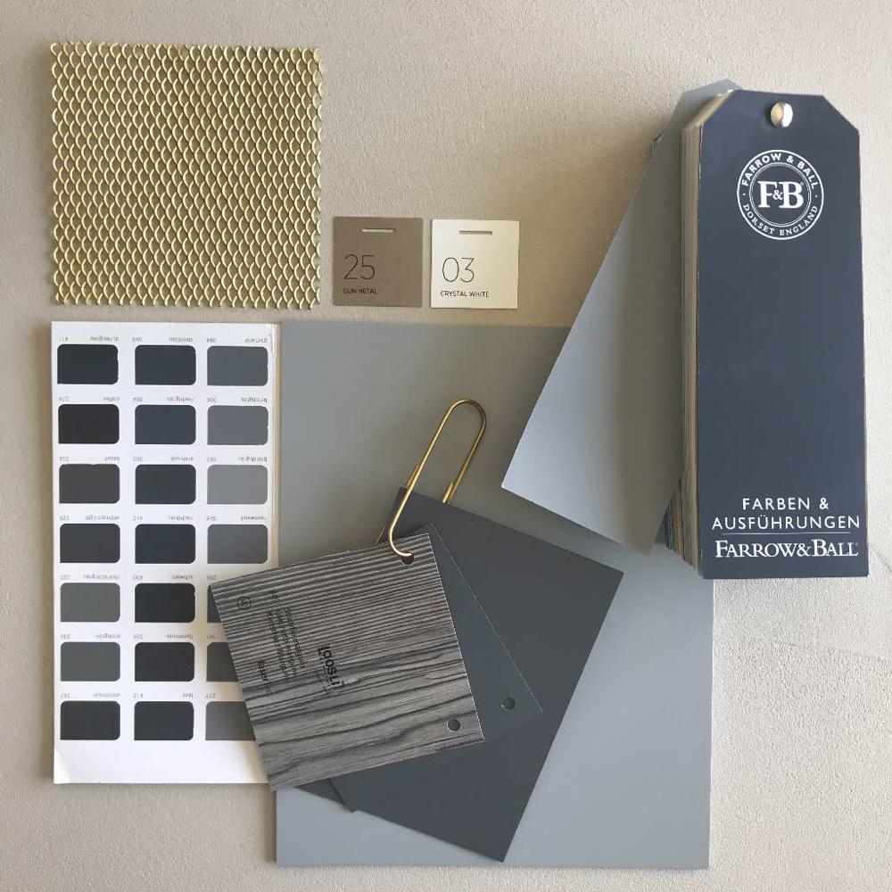 Bild mit Oberflächenmuster in Grautönen  und Holzmaserung. Linoleum Muster in Grau- und gold streckgitter Metall und Farbmusterfächer von Farrow & Ball.