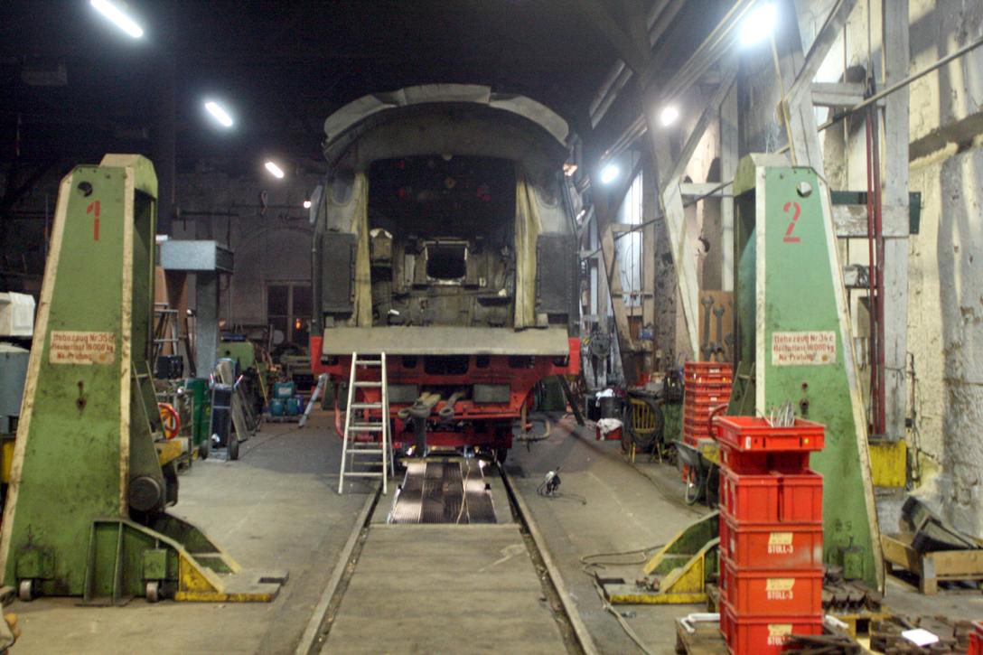 ohne Tender - rechts in die roten Kästen befinden sich die Kleinteile für den yl-Wagen, die zunächst in die Sandstrahlbox kommen.
