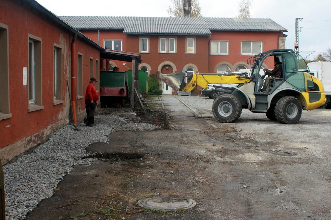 Am Werkstatt-Anbau wurde der Boden für das neue Schleppdach vorbereitet.
