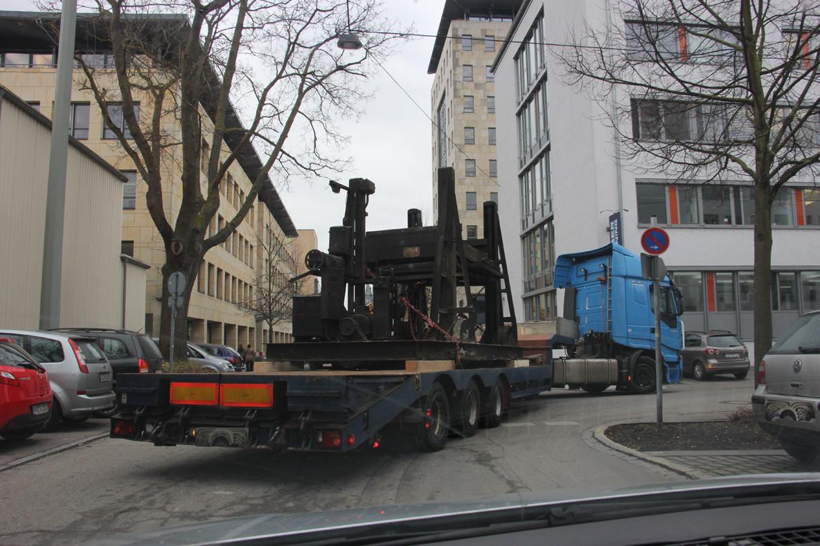 Auf dem Weg von der Baustellenausfahrt zur Hauptstraße (geradeaus) muss wegen Kanalbauarbeiten ein Umweg gefahren werden – erst nach rechts