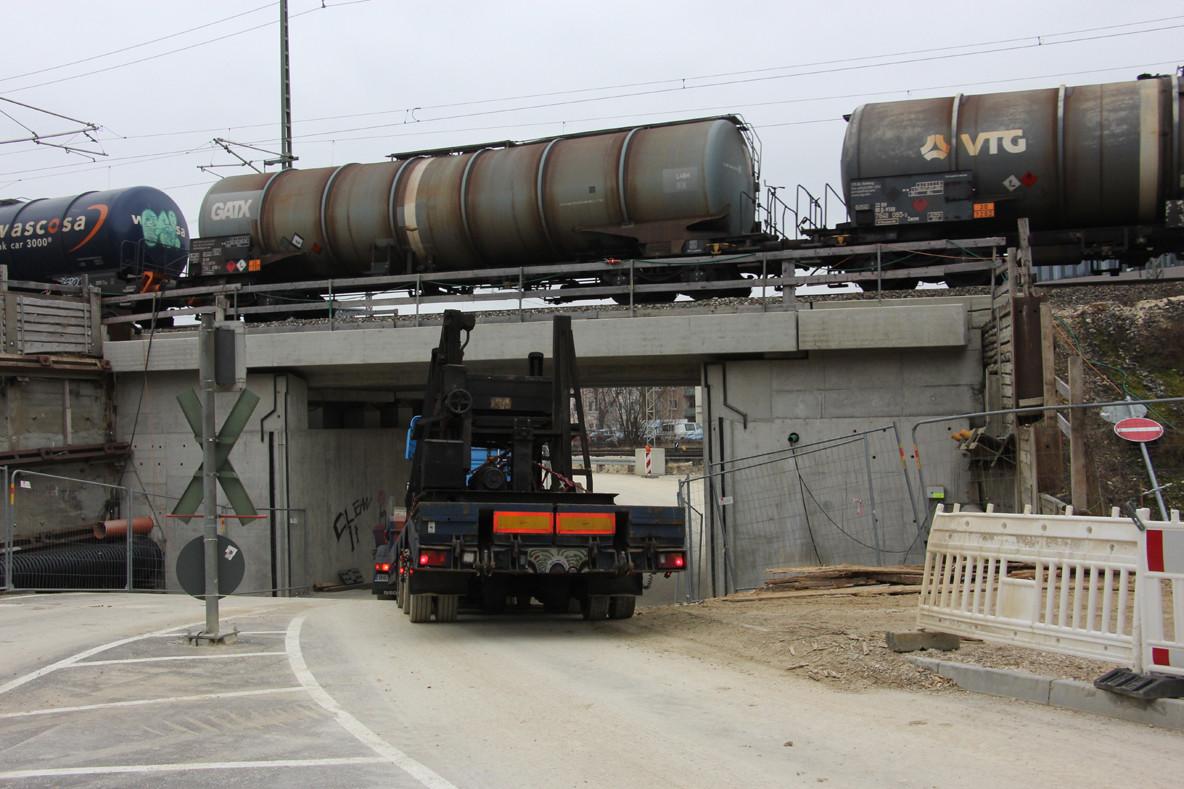 Zunächst geht es über den Bahnübergang der Strecke nach Heidenheim und Aalen …