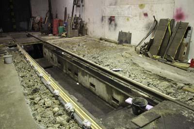 16.12.2017: Die Schalung und die Matten sind fertig, die Bruchstücke helfen Beton sparen.