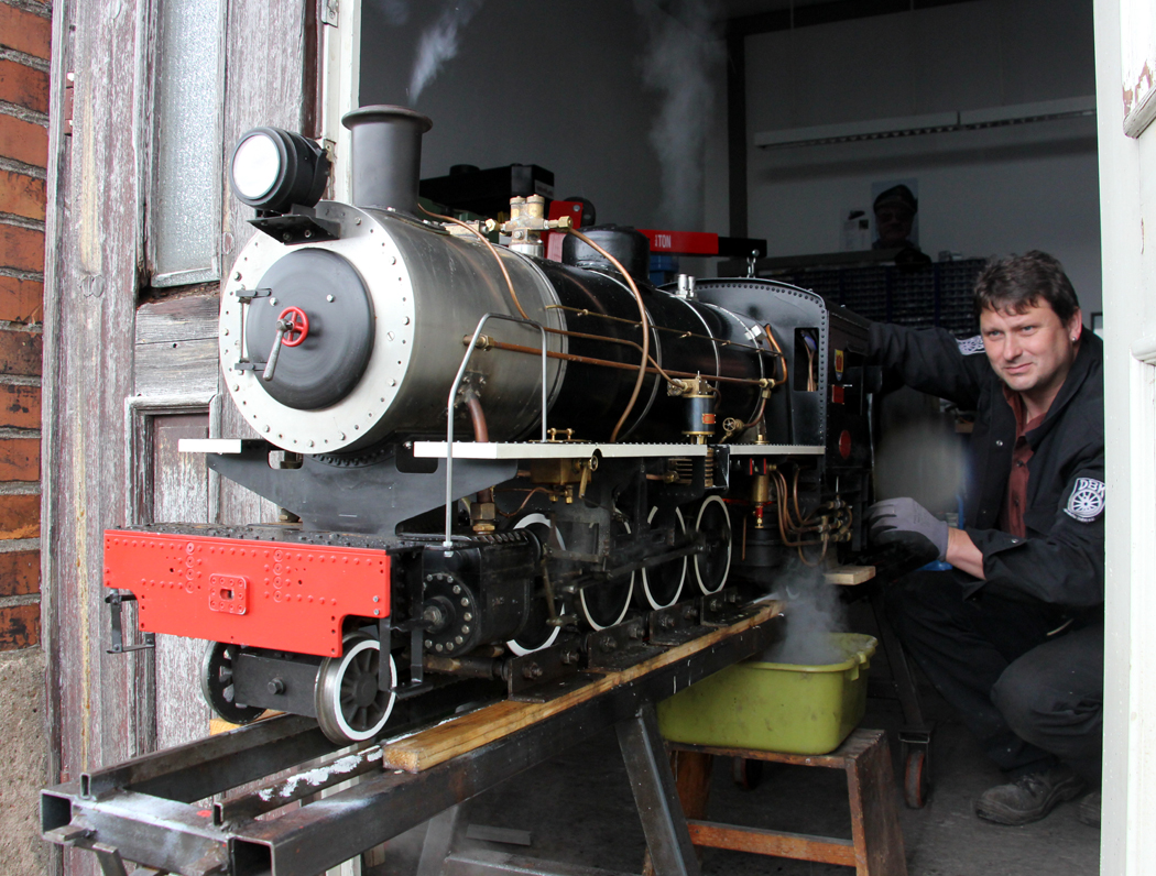 Bei der Lok 1-01 Jagstzell (Maßstab 1:8)  steht ein Test der Armaturen an