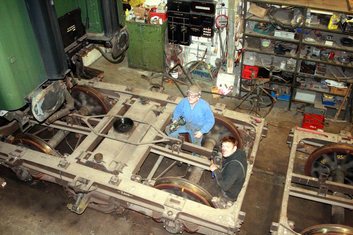 Aus den Drehgestellen des yl-Wagens wurde die Bremse ausgebaut.