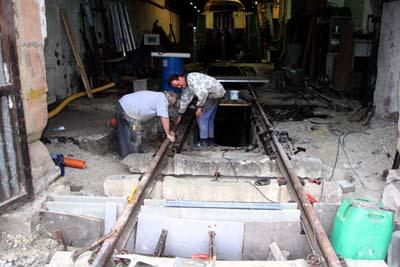 26.9.2015: Die Querrinne unter dem Tor ist gesetzt.
