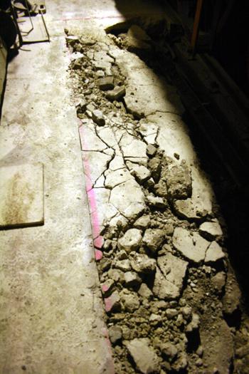25.10.2015: Die Fläche hat einen Sägeschnitt erhalten. Bis dahin soll der alte Beton raus.