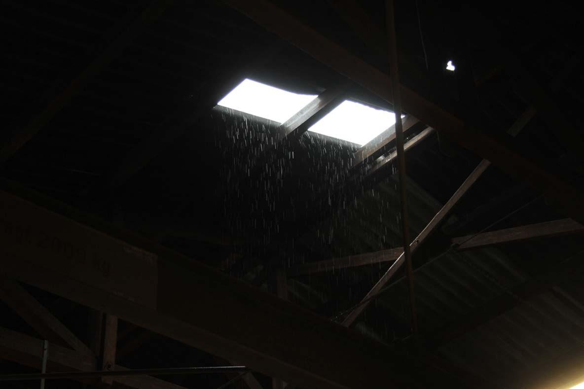 Es schneit - leider auch durch das immer noch nicht reparierte Loch im Dach . . .