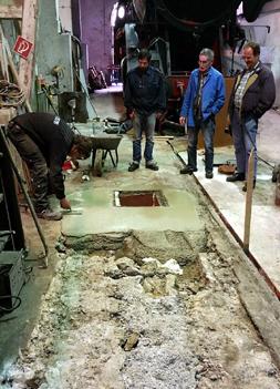 In der Halle werden einige schadhafte Stellen im Boden ausgebessert (15.4.2017).