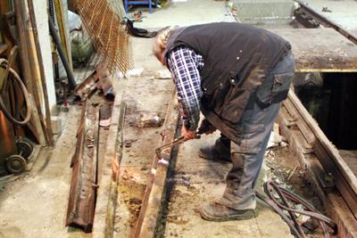 2.12.2017: Die Arbeiten werden fortgesetzt. Die alten Schienen werden in handliche Stücke zerteilt.