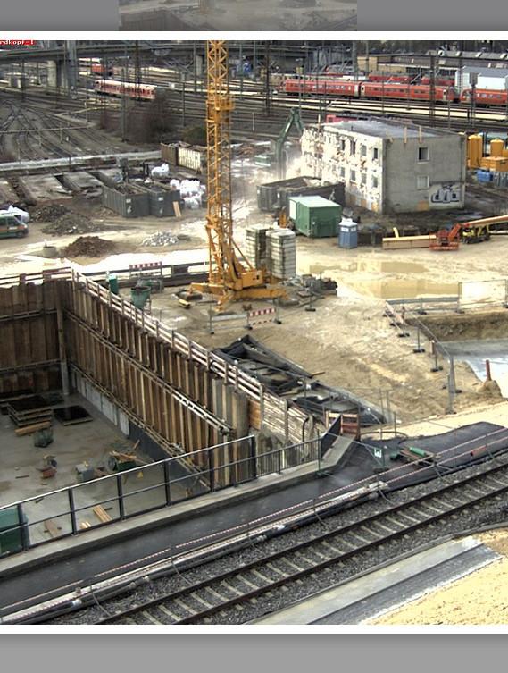 Ausbau erledigt, der Bagger beim weiteren Abriss des ehemaligen Sozialgebäudes.