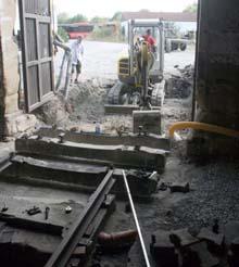 der Einbau der Betonschwellen beginnt.