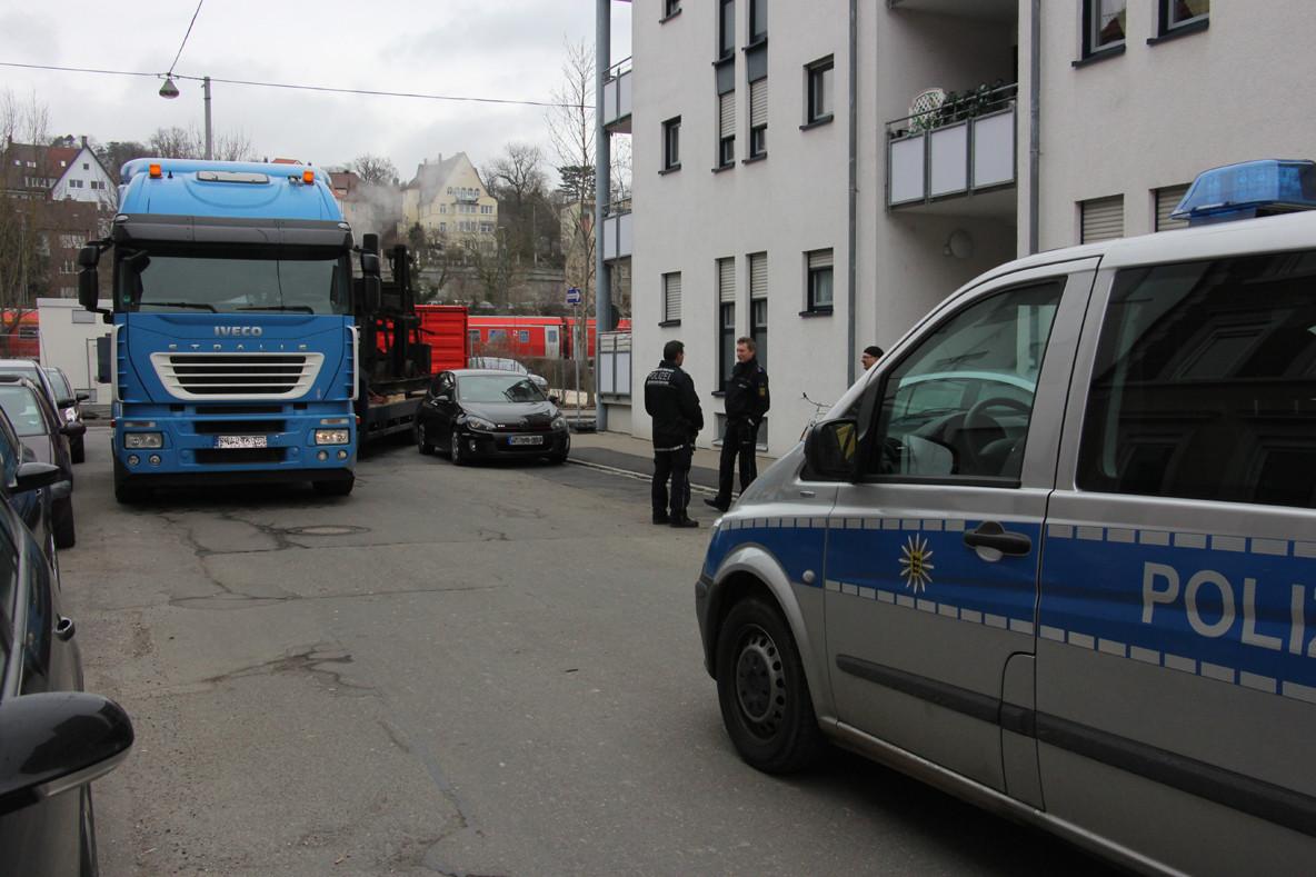 Mit der Polizei wurde die Lage begutachtet. Statt die Falschparker abzuschleppen, wurde der Lastzug von der Polizei in verkehrter Richtung durch eine Einbahnstraße umgeleitet.