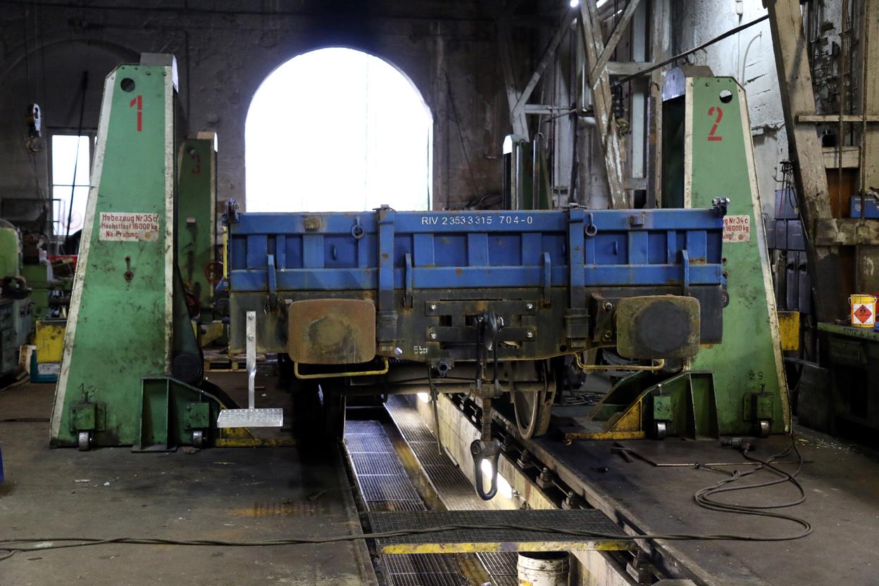 Auch bei der HU an einer ganzen Reihe von Güterwagen für einen Kunden ging es weiter.  Zum Abschluss wurden die beiden nächsten Wagen in die Halle geschoben.