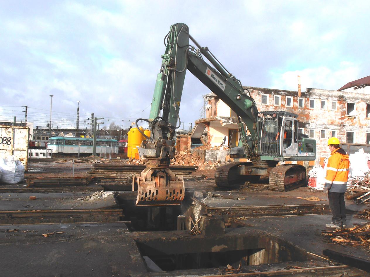 Nach einigen kurzen Schlägen mit dem Meißel konnte das Bauteil, auf dem einst eine Stütze für das Dach stand, entfernt werden.