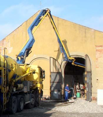 dann wird der Beton in die Halle gepumpt und