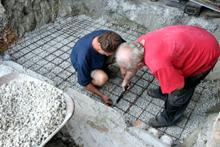 18. Juli 2015:  Die Vorbereitungen für die erste Betonschicht ...