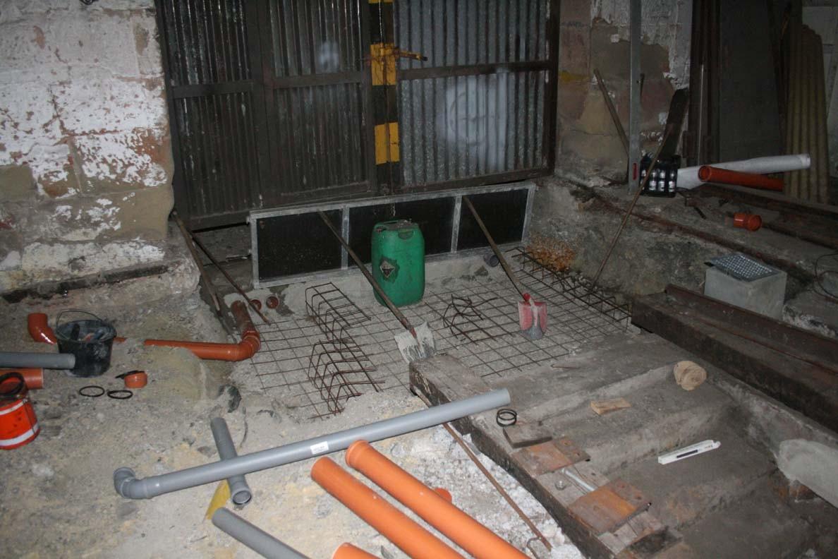 In der Baugrube am Tor sind die Armierungseisen  schon verlegt. Bald kann der Beton für die unterste Schicht kommen.