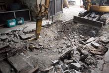 ... und bricht den Beton heraus.