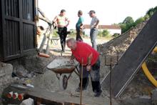 Am 11. Juli 2015 wurde auch noch die Durchlässe für die Leerrohre eingebaut.