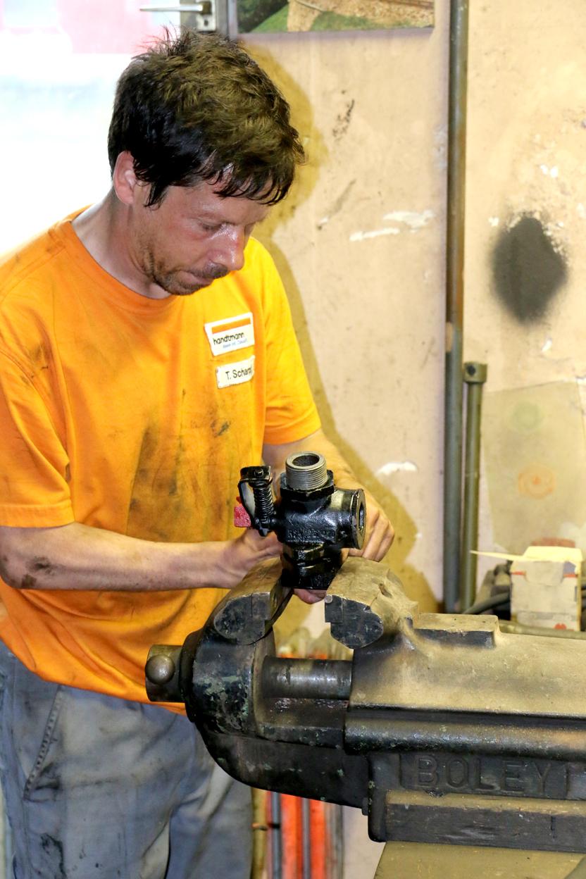 Ein wichtige Arbeit bei der HU ist die Aufarbeitung der Anschlüsse für die Bremsanlage.